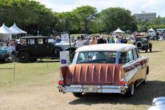Klassieke Amerikaanse die auto op gazon wordt gedreven stock foto
