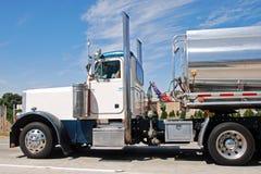 Klassieke Amerikaanse grote uitstekende benzinevrachtwagen Royalty-vrije Stock Afbeeldingen