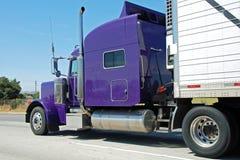 Klassieke Amerikaanse grote uitstekende vrachtwagen Stock Afbeelding