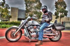 Klassieke Amerikaanse Harley Davidson-v-Staaf motorfiets en ruiter Royalty-vrije Stock Fotografie