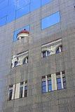 Klassieke architecturale die lijnen in moderne degenen worden weerspiegeld Royalty-vrije Stock Foto's