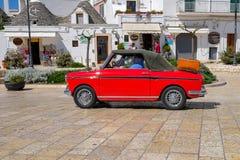 Klassieke auto in Alberobello royalty-vrije stock foto's