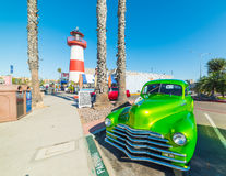 Klassieke auto door Oceanside vuurtoren stock foto