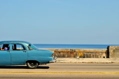 Klassieke Auto in La Havana ` s Malecon Stock Fotografie