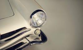 Klassieke auto met koplampen royalty-vrije stock fotografie