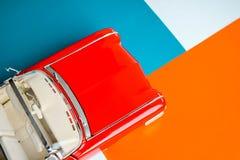 Klassieke auto met omhoog geschoten dicht Concept met klassiek Amerikaans schaalmodel Kleurrijke achtergrond stock afbeelding