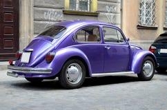 Klassieke auto op de straat Stock Afbeeldingen