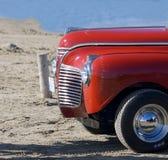 Klassieke auto op strand Stock Foto's