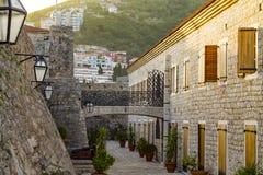 Klassieke Balkan oude de gebouwen smalle straat van de architectuursteen stock afbeeldingen