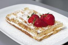 Klassieke Belgische Wafel en rode aardbeien Stock Foto's