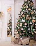 Klassieke Binnenlandse die ruimte in Kerstmisstijl wordt verfraaid Stock Afbeelding