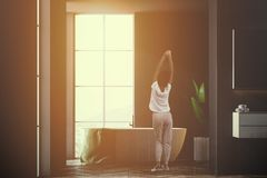 Klassieke binnenlandse zolderbadkamers, zwart, vrouw Stock Fotografie