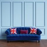 Klassieke blauwe bank, hoofdkussens met Brits vlagpatroon die zich in klassiek binnenland bevinden stock illustratie