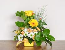 Klassieke Bloemenregeling op de Lijst stock fotografie