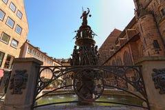 Klassieke brede hoekmening van beroemde Fontein van de Deugden Tugendbrunnen in het centrum van stad, recente renaissance royalty-vrije stock fotografie