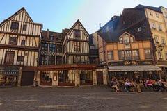Klassieke brede hoekmening van historische deelstad Rouen Comfortabel vierkant met oude hout ontwerpende huizen en openluchtkoffi royalty-vrije stock fotografie