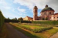 Klassieke brede hoekmening van verbazende kathedraal en toneeltuin in beroemde barokke nad Rokytnou van paleisjaromerice royalty-vrije stock fotografie