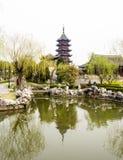 Klassieke Chinese tuin met pagode in de lente Stock Foto's