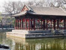 Klassieke Chinese tuin met paviljoen royalty-vrije stock fotografie