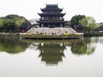 Klassieke Chinese tuin met paviljoen en vijver Royalty-vrije Stock Fotografie