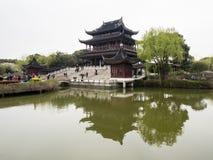 Klassieke Chinese tuin met paviljoen en vijver Stock Afbeelding