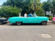 Klassieke Cubaanse uitstekende auto Amerikaanse klassieke auto op de weg in Havana, Cuba stock foto's