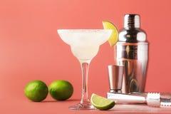 Klassieke de alcoholcocktail van Margarita met tequila, likeur, citroensap, suikerstroop, zout en ijs, de zomer roze achtergrond, stock fotografie