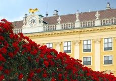Klassieke de bouwvoorzijde met een roze omheining Royalty-vrije Stock Afbeeldingen