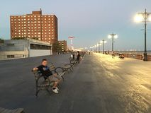 Klassieke de Zomeravond op Coney Island-Promenade Royalty-vrije Stock Afbeelding