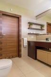 Klassieke die badkamers wordt ontworpen om aan de behoeften van de familie te voldoen stock foto