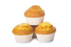 Klassieke die cupcakes of muffins op wit wordt geïsoleerd Stock Foto's