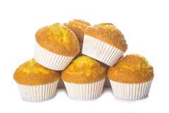 Klassieke die cupcakes of muffins op wit wordt geïsoleerd Stock Foto