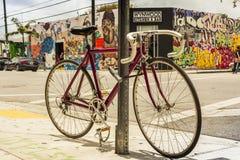 Klassieke die fiets in zijgang bij creatieve Wynwood en kunstendi wordt gesloten Stock Fotografie