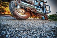 Klassieke die motorfiets van de grond bij zonsondergang wordt gezien royalty-vrije stock afbeeldingen