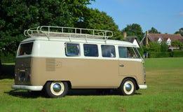 Klassieke die Volkswagen-Kampeerautobestelwagen op groen dorp wordt geparkeerd stock fotografie
