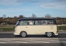 Klassieke Duitse kampeerauto Volkswagen stock afbeeldingen