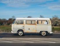 Klassieke Duitse roestige kampeerauto Volkswagen Stock Afbeeldingen