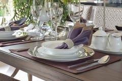 Klassieke elegantiestijl het dineren reeks op houten eettafel Stock Afbeeldingen