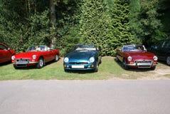 Klassieke en uitstekende auto's retro op een parkeerterrein Stock Foto's