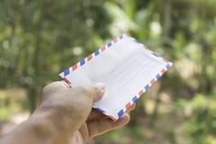 Klassieke envelop in houten lijst royalty-vrije stock afbeelding