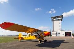 Klassieke gele Piper Cub-vliegtuigen stock foto's