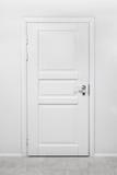 Klassieke gesloten houten deur in wit bureau royalty-vrije stock foto