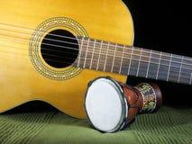 Klassieke gitaar en handtrommel royalty-vrije stock afbeeldingen