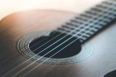 Klassieke gitaar en koorden, professioneel instrument stock fotografie