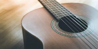 Klassieke gitaar en koorden, professioneel instrument stock afbeelding