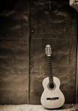 Klassieke gitaar op oude deur Stock Fotografie