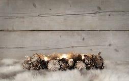Klassieke gouden Kerstmis tealight houder met het branden van kaarsen, op schapehuid stock fotografie