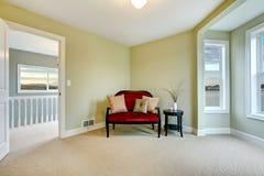 Klassieke groene en elegante nieuwe slaapkamer met bank Royalty-vrije Stock Foto