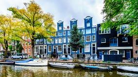 Klassieke Hals Gable Houses langs het Lijnbaansgracht-kanaal van Amsterdam in Nederland stock afbeeldingen