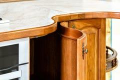Klassieke houten keuken De belichaming van moderne ontwerpoplossingen royalty-vrije stock foto's